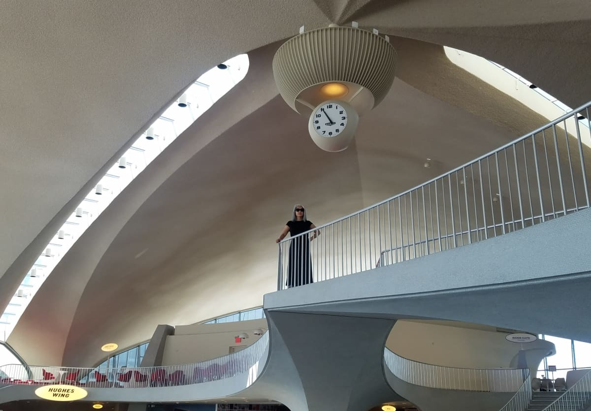 Nainen seisoo tasanteella TWA-hotellissa New Yorkissa