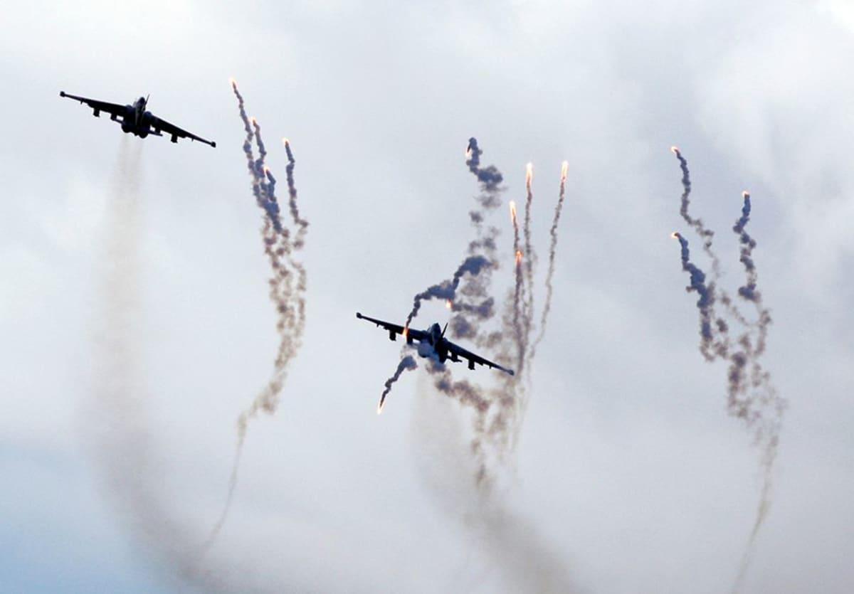 Alasammutun Sukhoi Su-25 -hävittäjän kaltaisia valkovenäläisiä hävittäjiä sotaharjoituksissa Valko-Venäjällä 25. syyskuuta 2013.