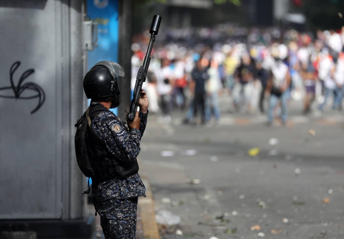 Poliisi kuunteli Juan Guaidon puhetta 23. tammikuuta.