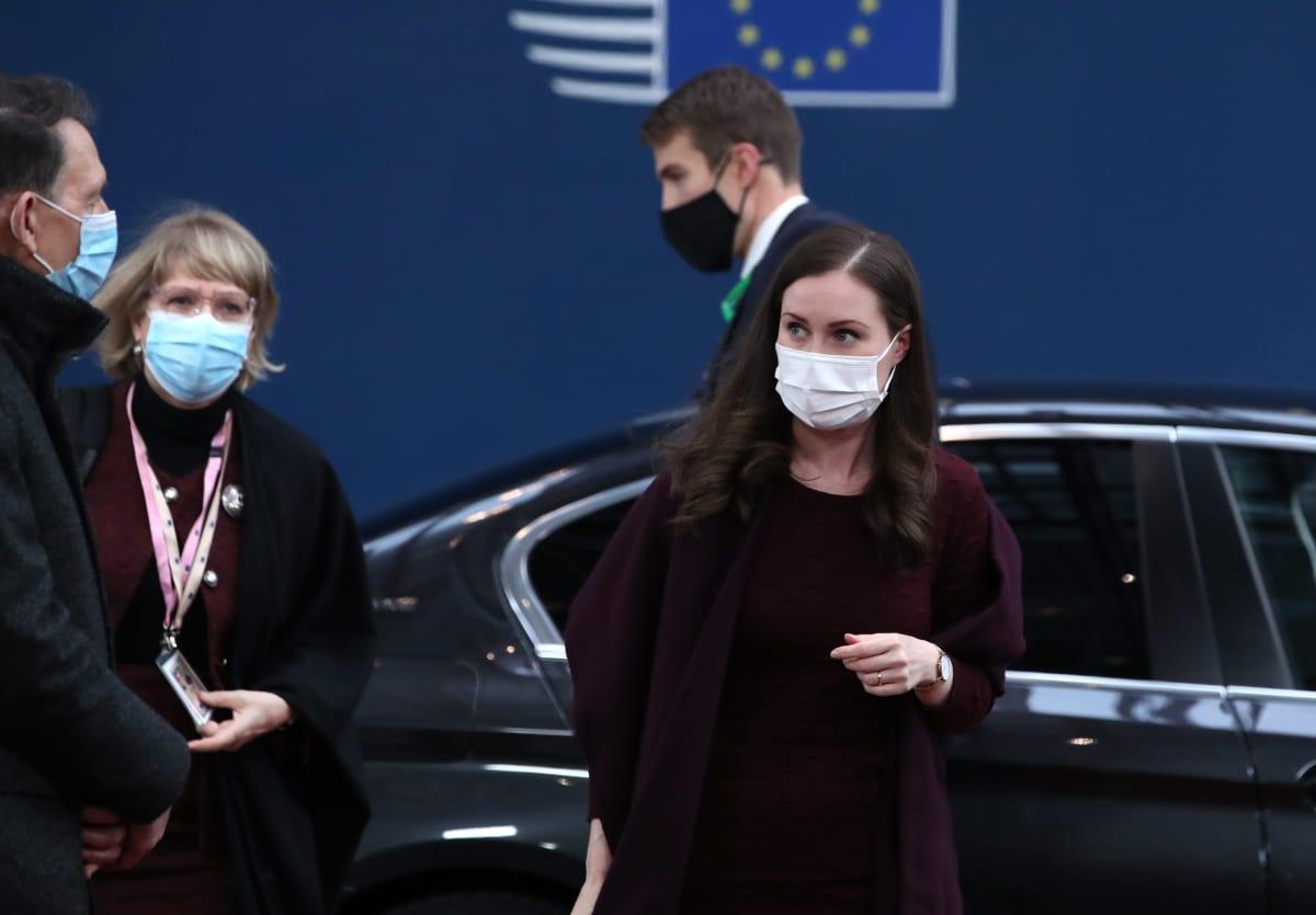 Sanna Marin kävelee pois autolta maski kasvoillaan