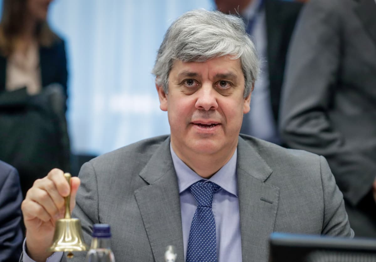 Euroryhmän puheenjohtaja Mario Centeno soittaa pientä kultaista kelloa kokouksessa.