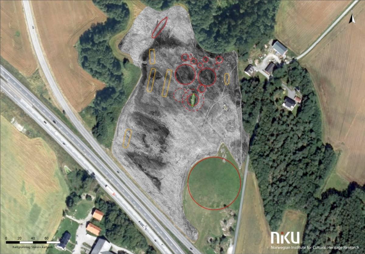 Pellolta otetun ilmakuvan päälle on pantu maatutkakuva, jossa on ympäröitynä yli kymmenen arkeologista kohdetta. Pellon alakulmassa on vanhastaan tunnettu Jellhaugen, yksi Pohjoismaiden suurimmista hautakummuista.