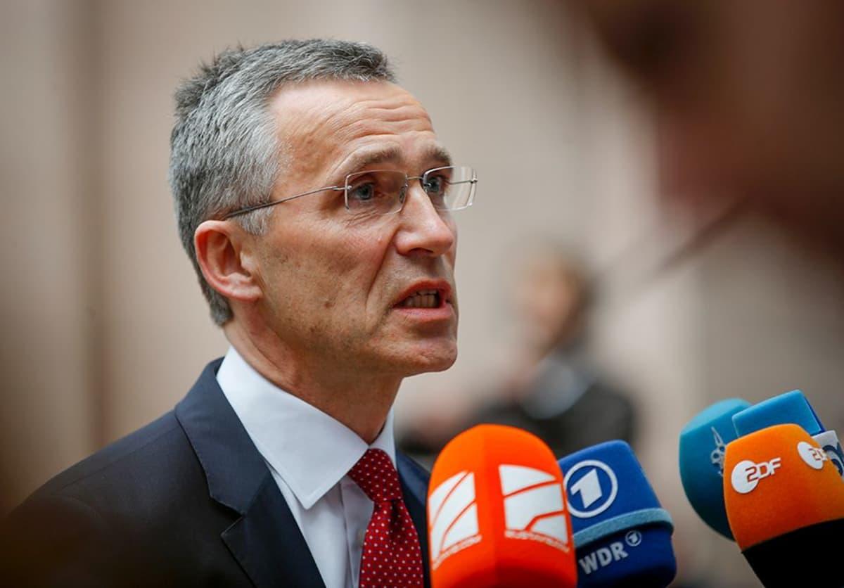 Jens Stoltenberg saapumassa EU:n ulko- ja puolustusministerien kokoukseen Brysselissä 18. toukokuuta.