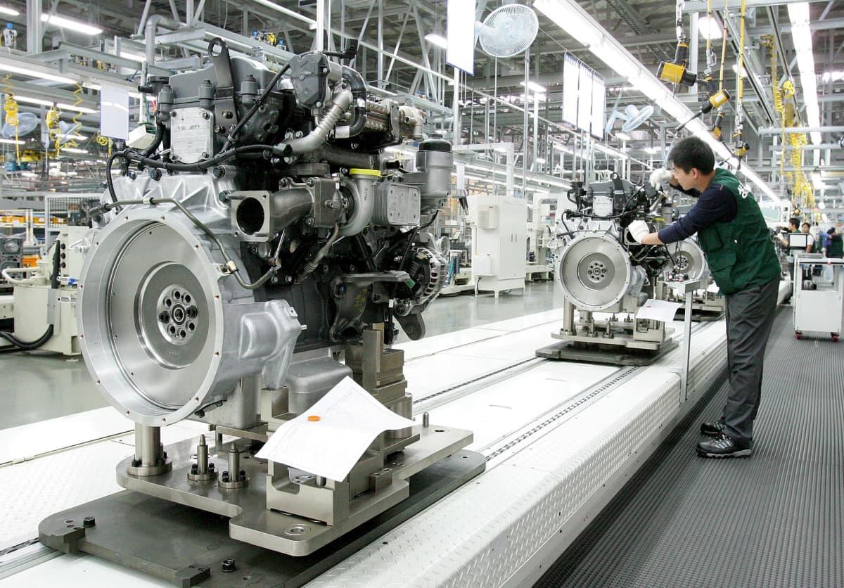 Työntekijä tehtaassa Huyndain moottorin äärellä