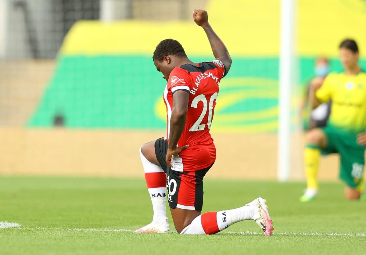 Southamptonin Michael Obafemi polvistuu ennen Valioliigan ottelua