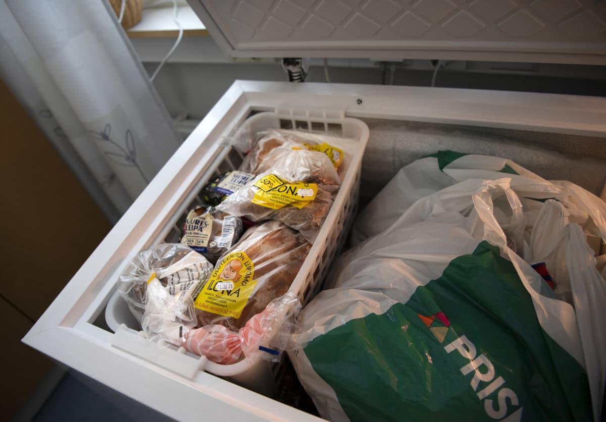 Kaupan lahjoittamaa hävikkiruokaa pakastimessa.