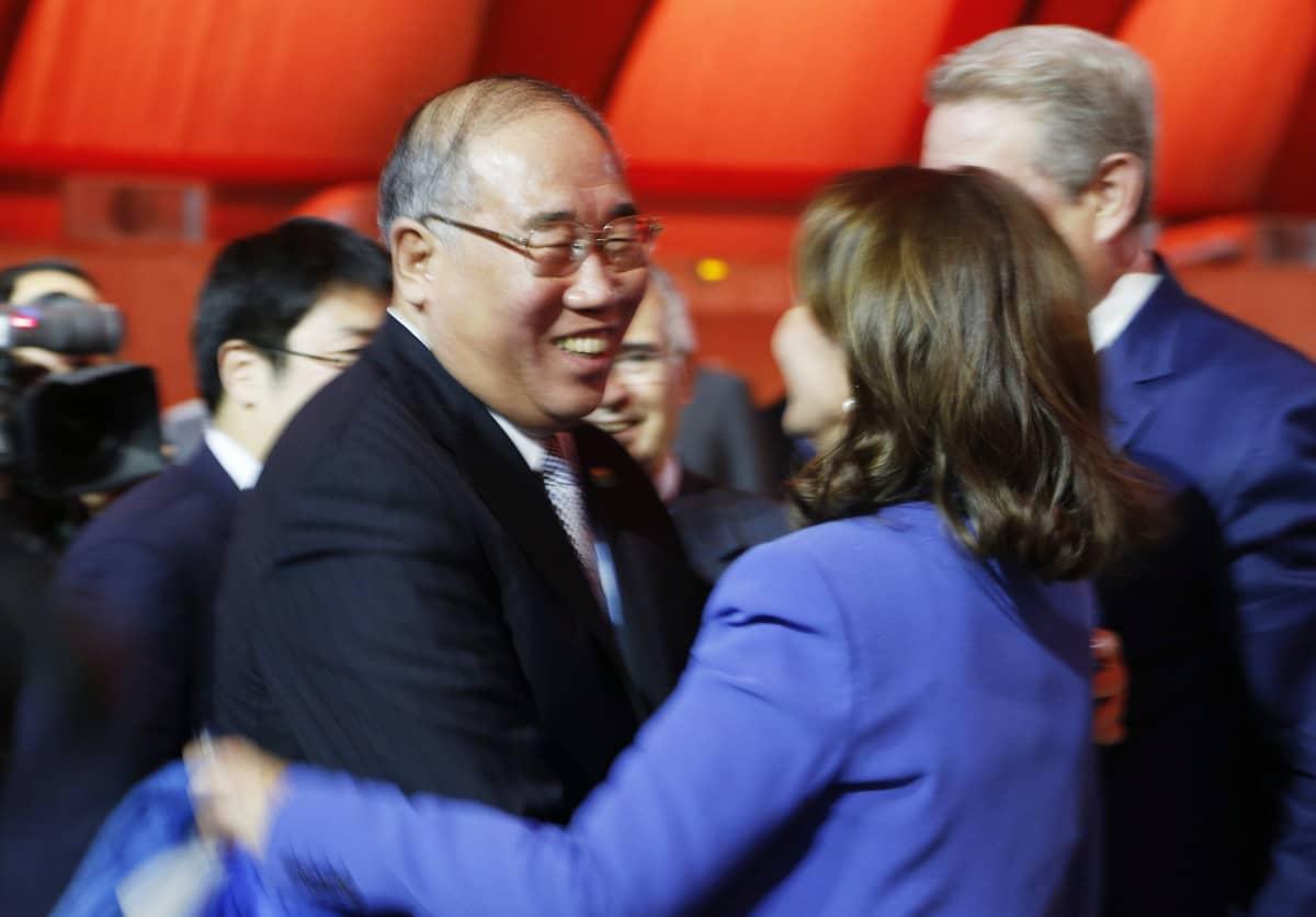 Kiinan edustaja Xie Zhenhua, Ranskan ympäristöministeri Segolene Royal ja Yhdysvaltain varapresidentti Al Gore Pariisin ilmastokokouksessa 12. joulukuuta.