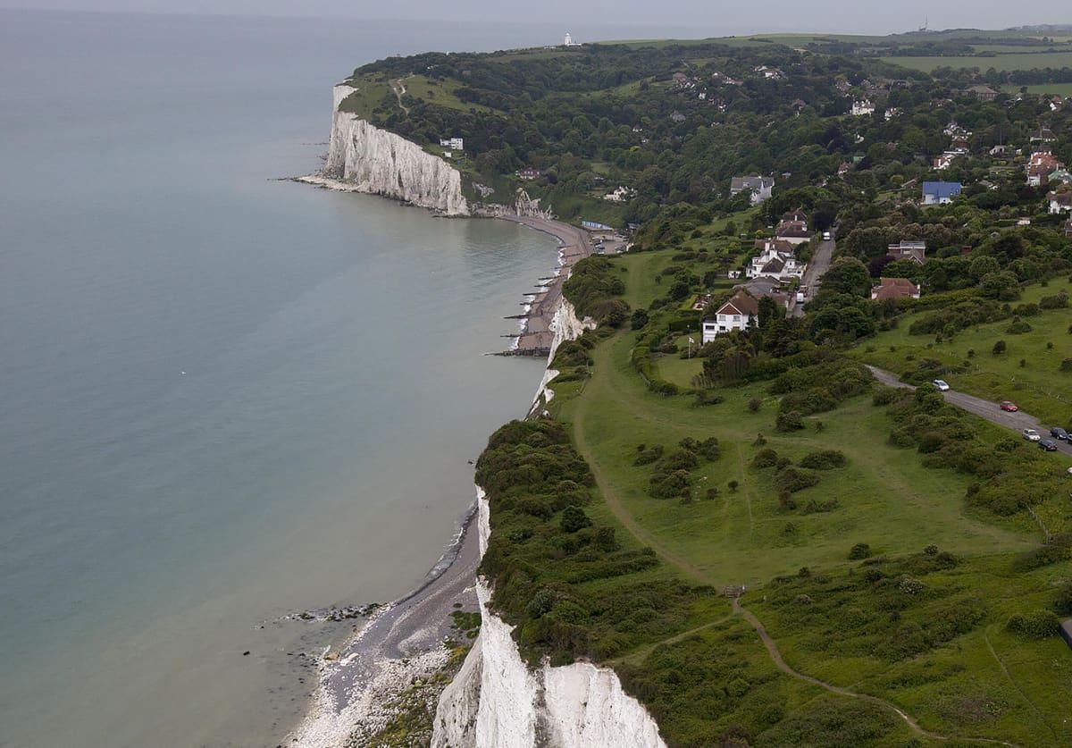 Doverin valkoiset kalliot Britanniassa.