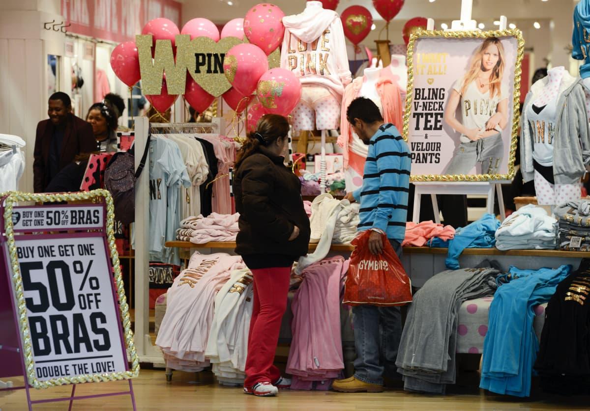 Shoppailua Yhdysvalloissa atlantalaisessa kauppakeskuksessa Black Friday -alekampanjan aikaan. A file photo dated 23 November 2012 showing customers shopping at a Pink store on Black Friday at the Lenox Square Mall in Atlanta, Georgia, USA.
