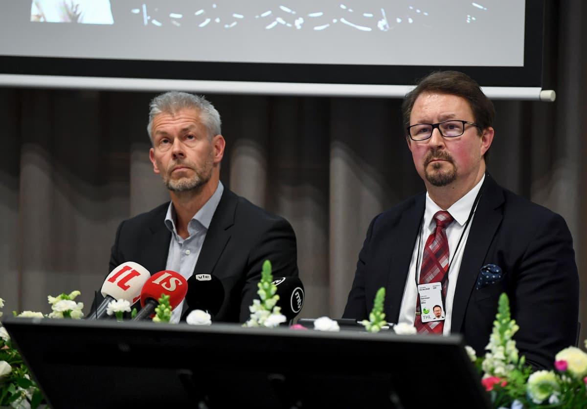 Taneli Puumalainen ja Mika Salminen THL:stä tiedotustilaisuudessa keskiviikkona.