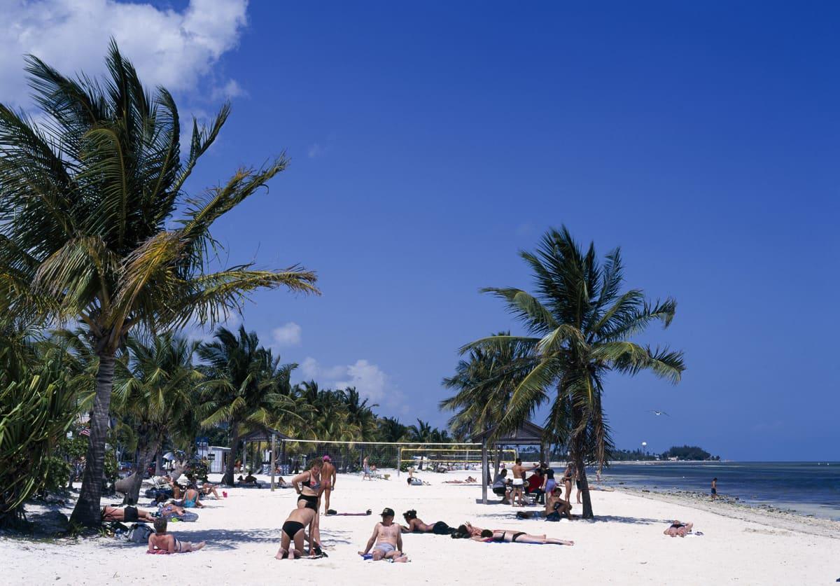 Turistaeja rannalla Key Westissä.