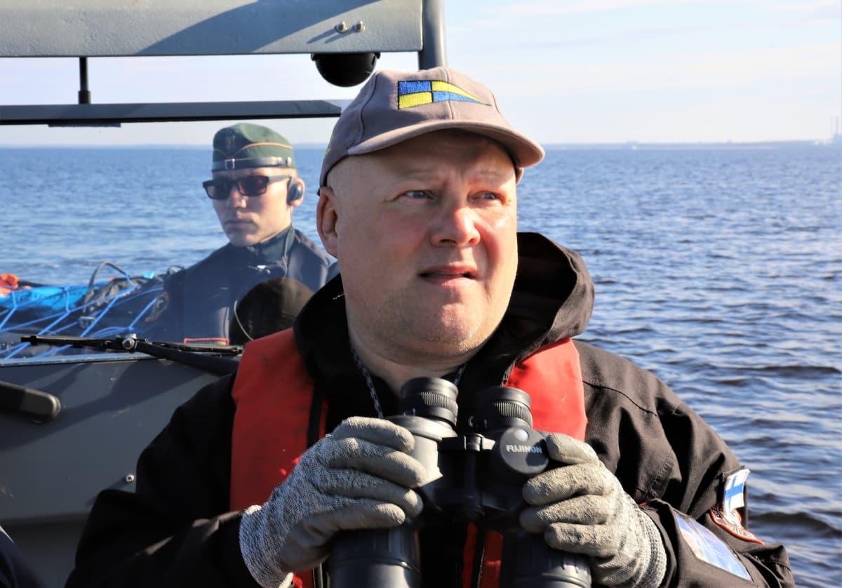 Varsinais-Suomen elykeskuksen kalastuksenvalvoja Timo Väänänen (Rovaniemeltä) etsii laittomien pyydysten merkkejä Perämerellä merivartija Kalle Vahtolan kanssa.