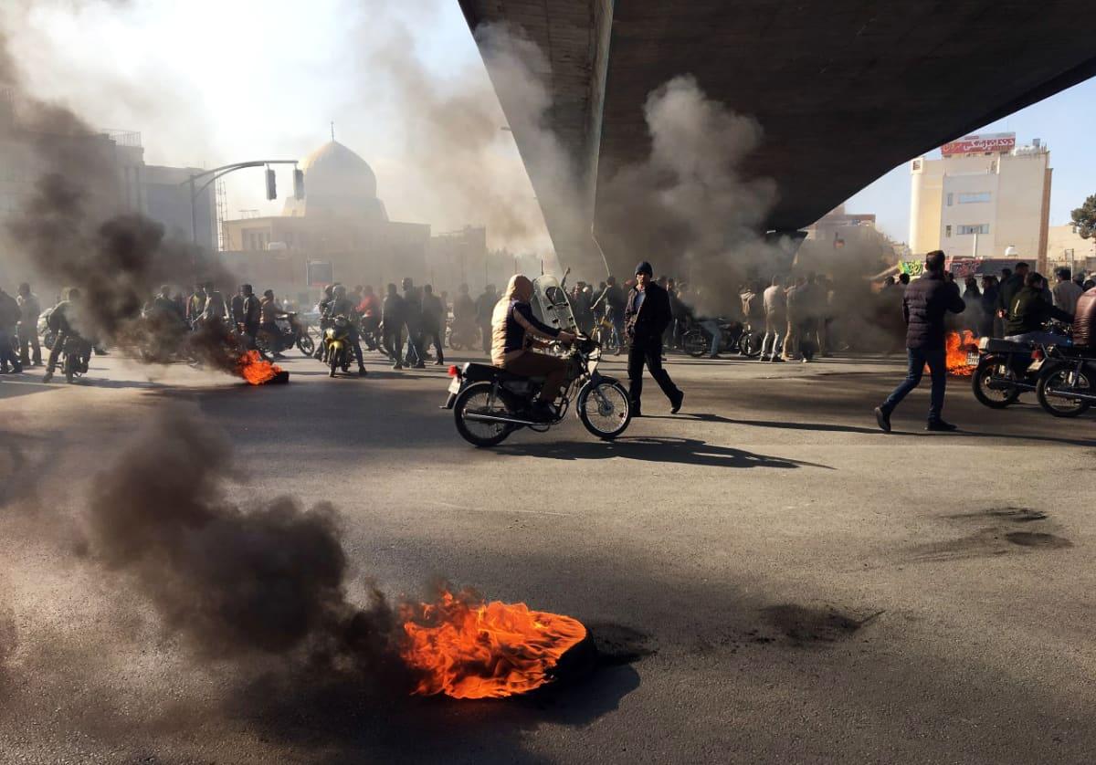 Polttoaineiden hinnankorotusta vastustavia mielenosoittajia Sfahanissa Iranissa.