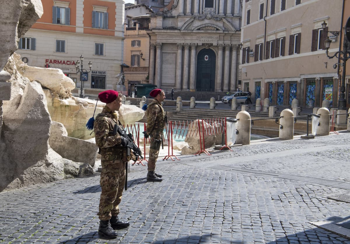 Italian armeijan sotilaat partioivat perjantaina Roomassa ja valvoivat ulkonaliikkumisrajoituksia.