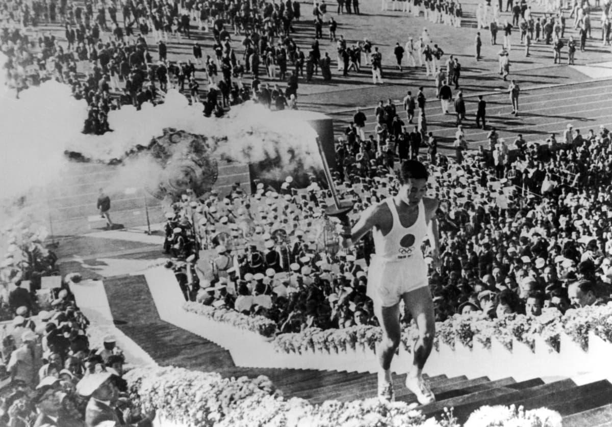 Olympiatulen sytytti japanilaisopiskelija, joka oli syntynyt samana päivänä jona Hiroshimaan pudotettiin atomipommi.