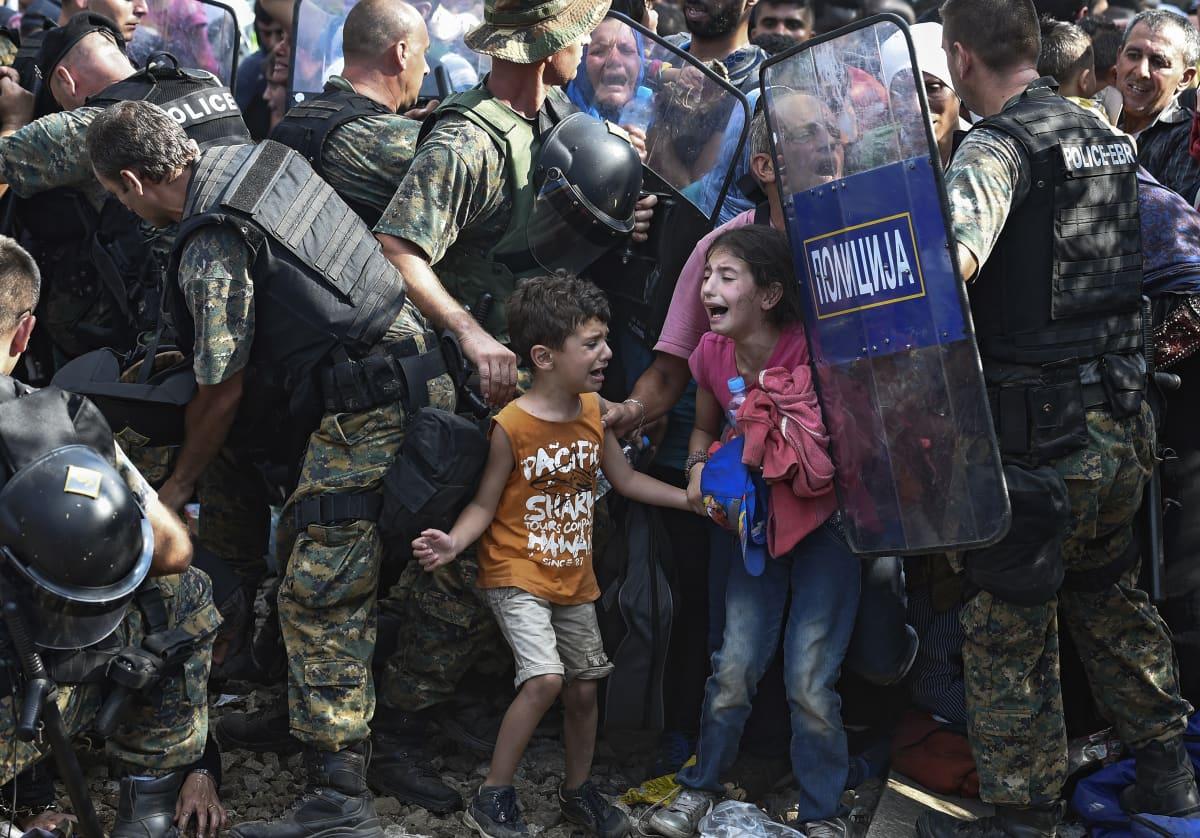 Makedonian poliisi kahakoi turvapaikanhakijoiden kanssa