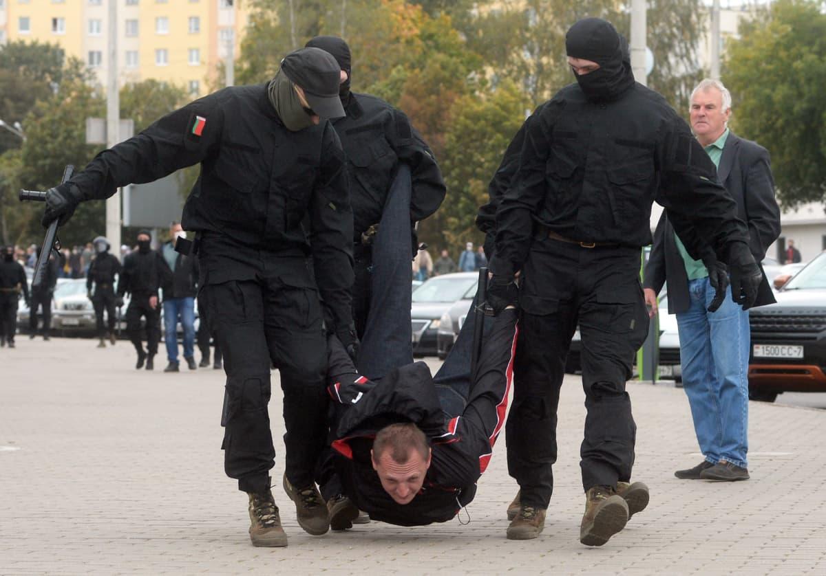Valko-Venäjällä poliisi pidätti mielenosoittajan kovin ottein 27. syyskuuta 2020.