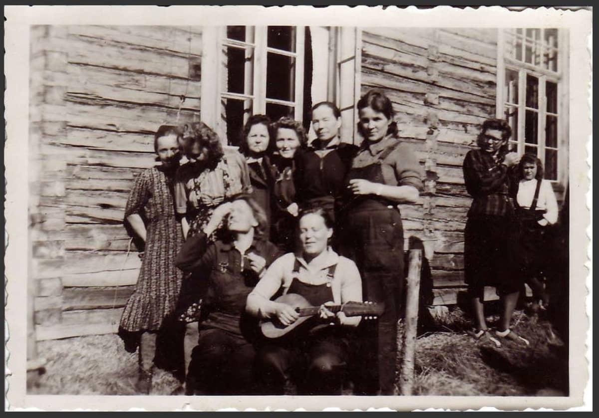 Naisia vanhassa mustavalkokuvassa
