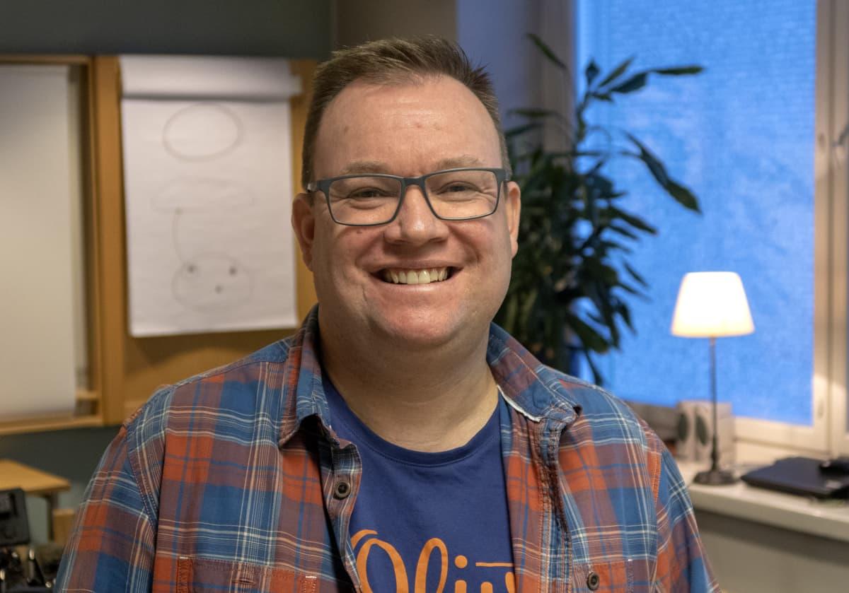 Hymyilevä mies, FinFami ry Pirkanmaan projektikoordinaattori Howard Byde