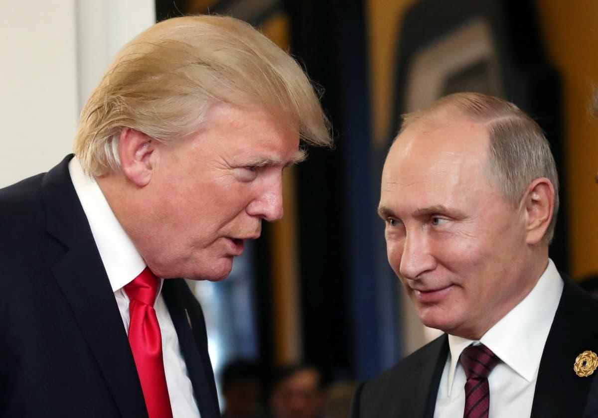 Presidentit Donald Trump ja Vladimir Putin keskustelemassa.