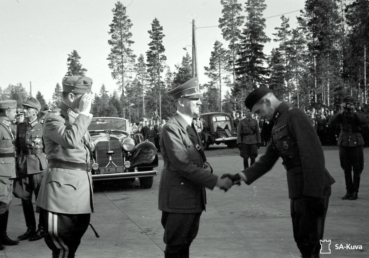 Adolf Hitler tervehtii suomalaista sotilasta