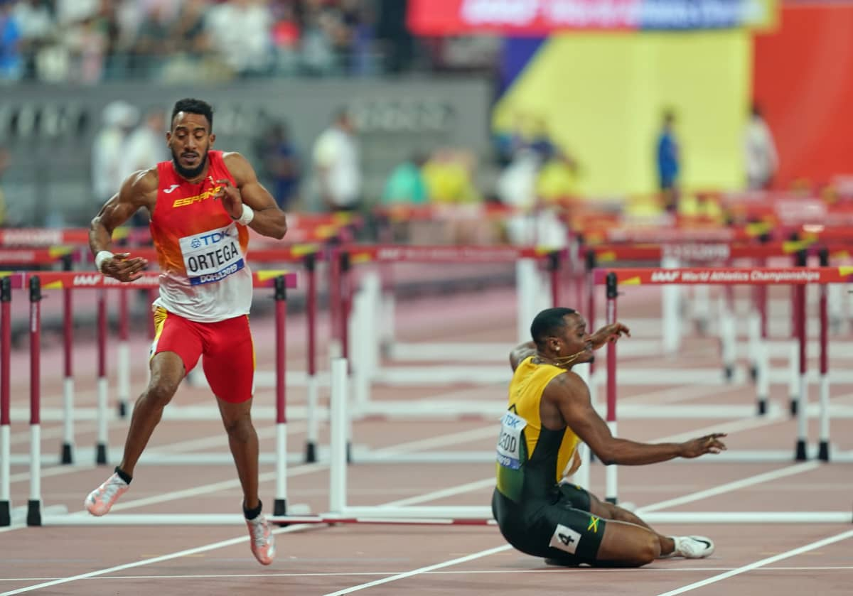 Omar McLeod (oik.) kaatui 110 m aitojen MM-finaalissa 2019.