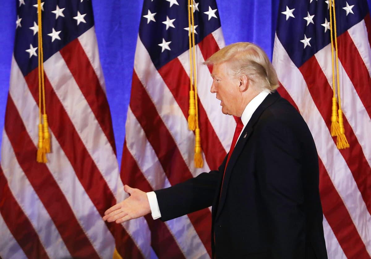 Donald Trump poistumassa tiedotustilaisuudestaan Trump Towerissa 11. tammikuuta.