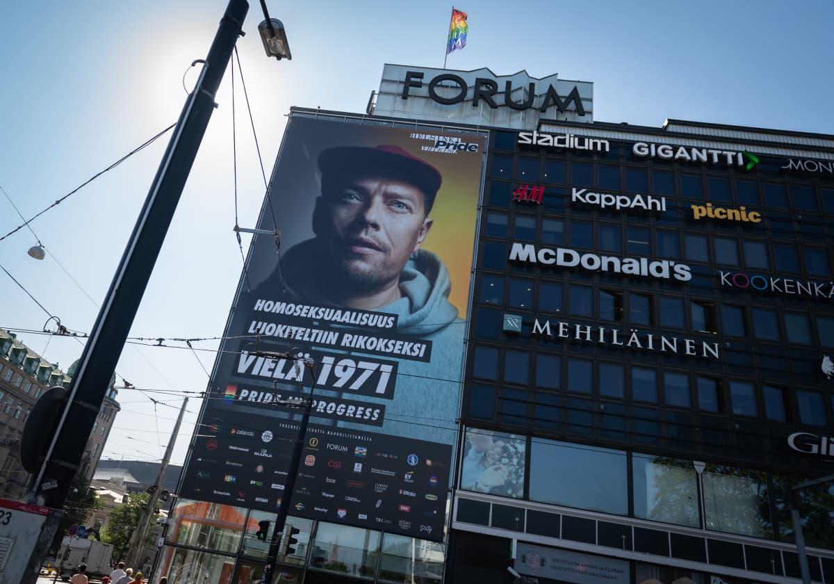 Jarkko Poropudas Pride-julisteessa Helsingin Forumin julkisivussa