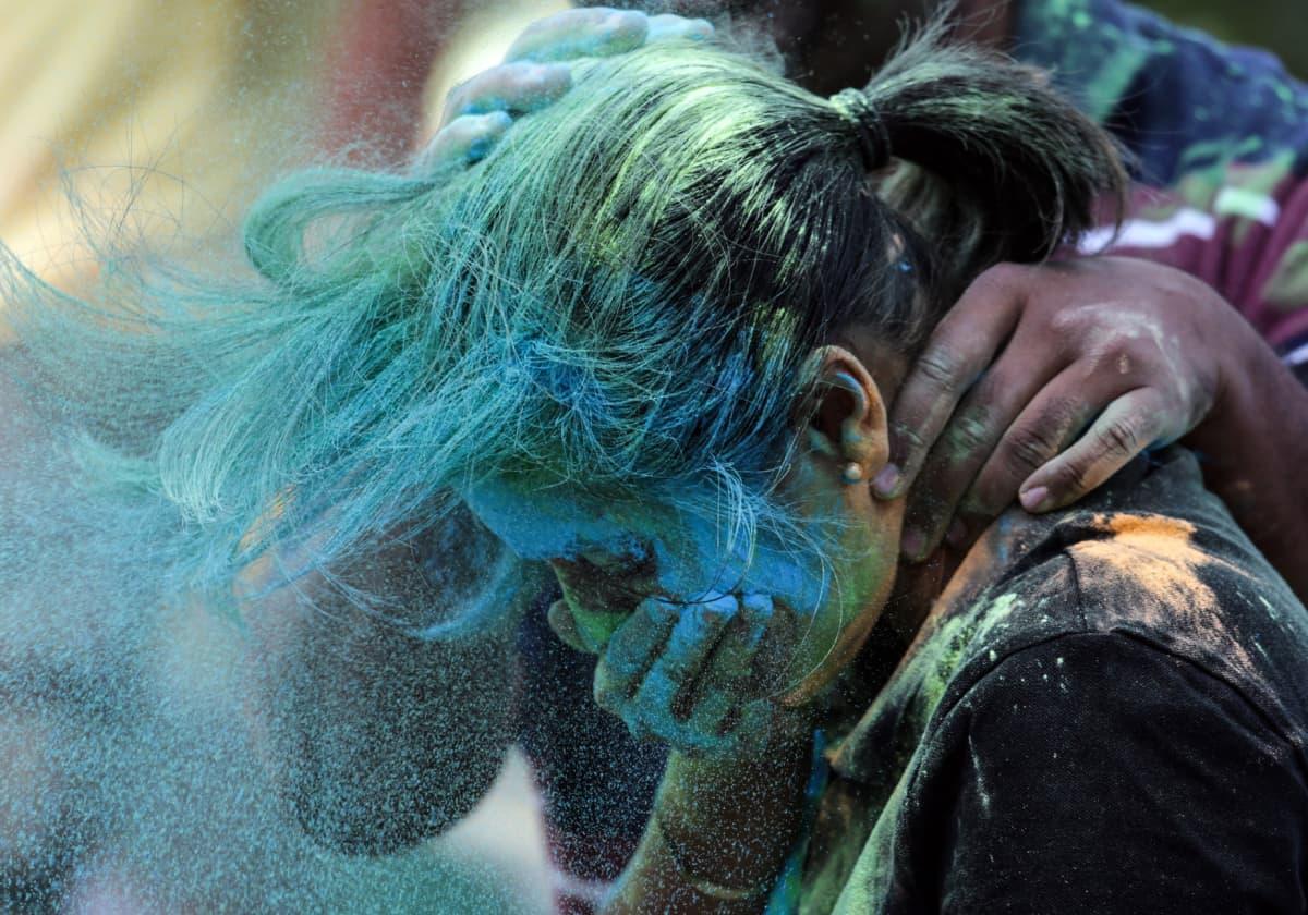 Tytön naama on värjäytynyt siniseksi. Hänen harteillaan on käsi.