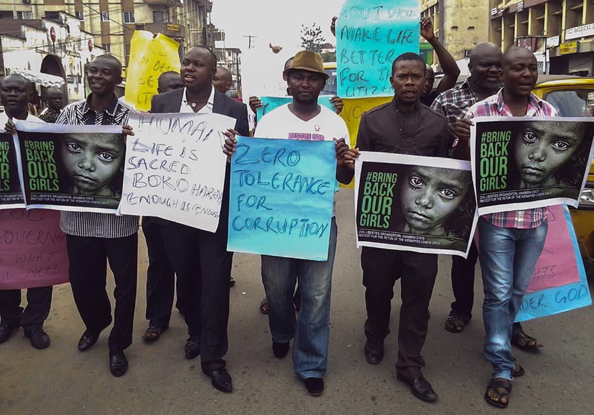Ihmisoikeusjärjestön jäsenet marssivat Boko Haramia vastaan Onitshassa Nigeriassa toukokuussa.