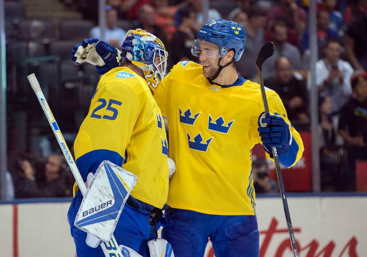 Ruotsin Victor Hedman kiittää maalivahti Jacob Markströmiä.