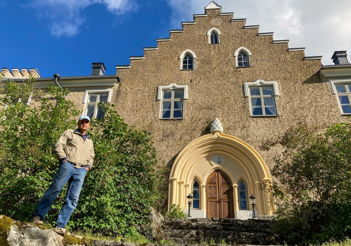 Henrik Rehnberg seisoo Suitian kartanon edessä.