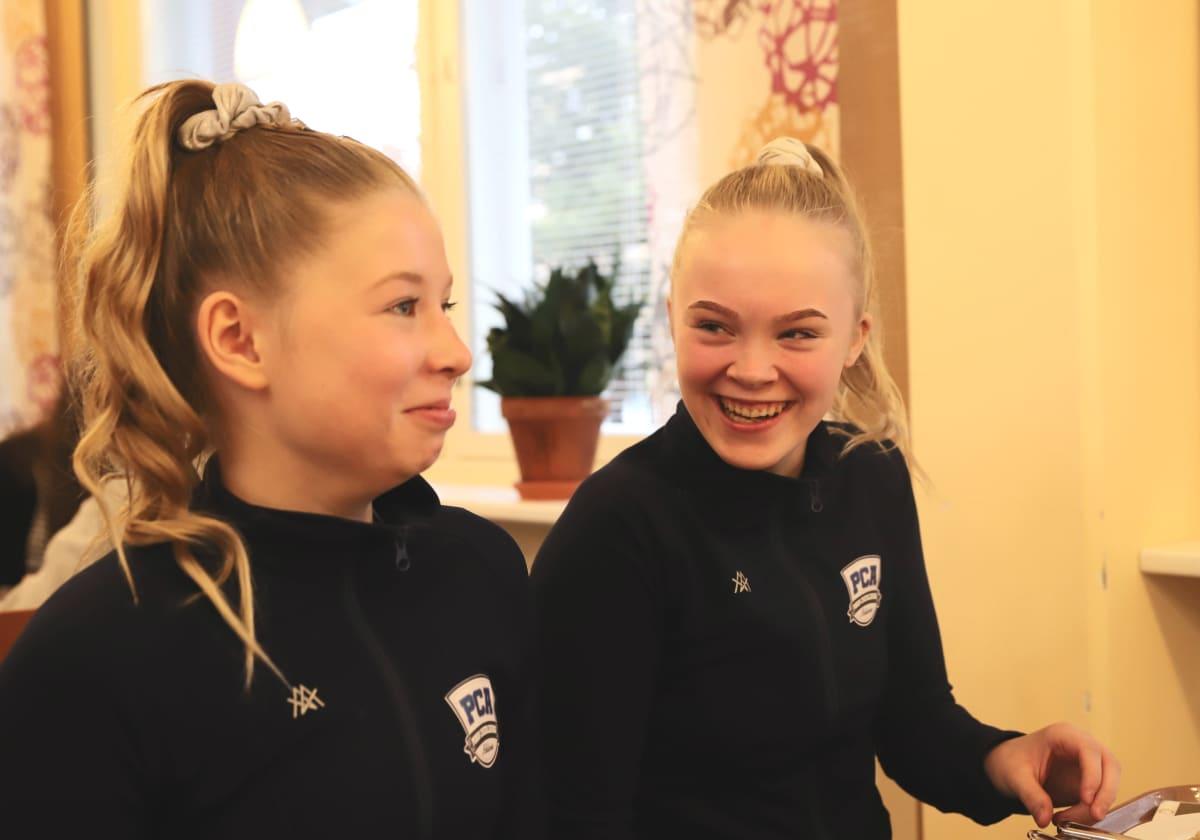 Koululaiset maistavat sirkkamakaronilaatikkoa Porissa.