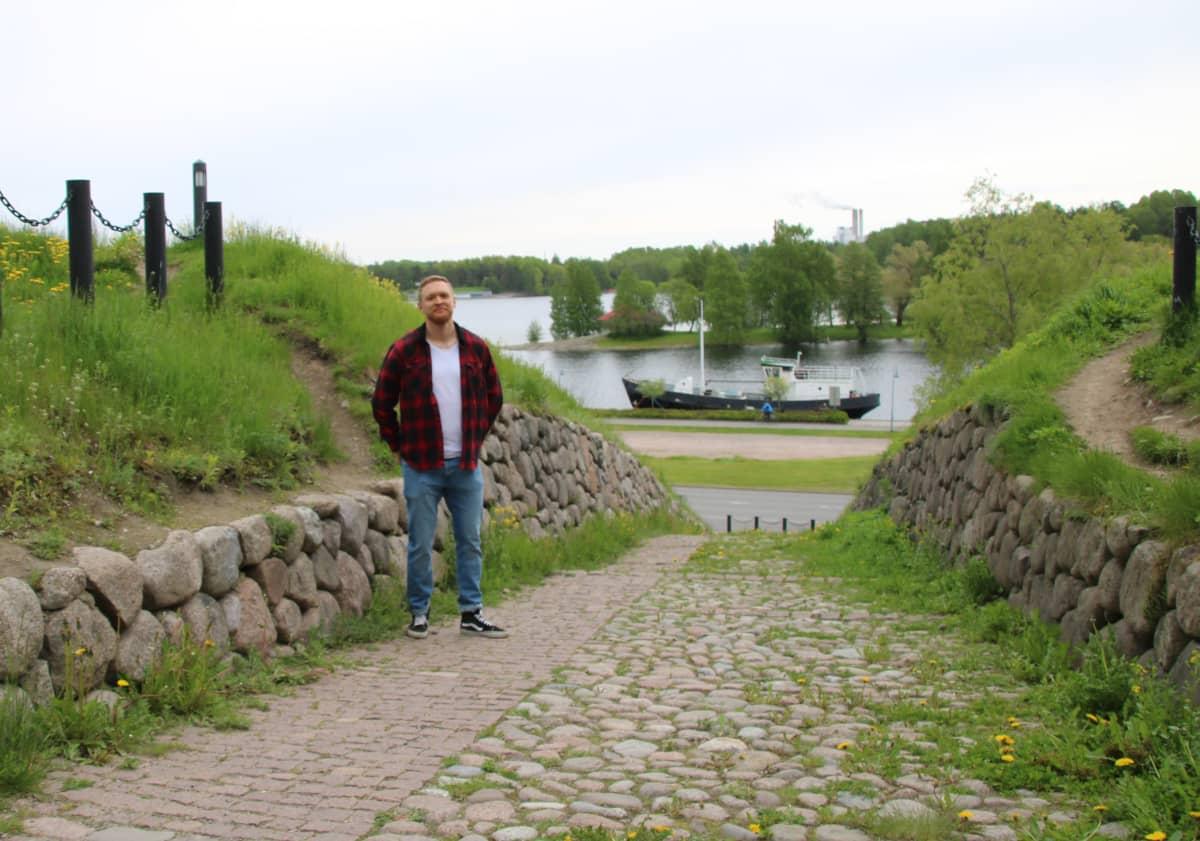 Tuomo Vento seisoo Lappeerannan linnoituksen kivimuurin vieressä