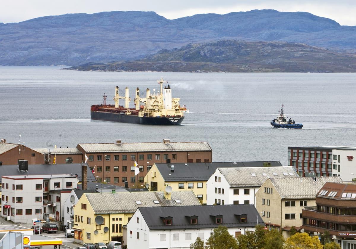Laiva lähdössä kikkoniemen satamasta.
