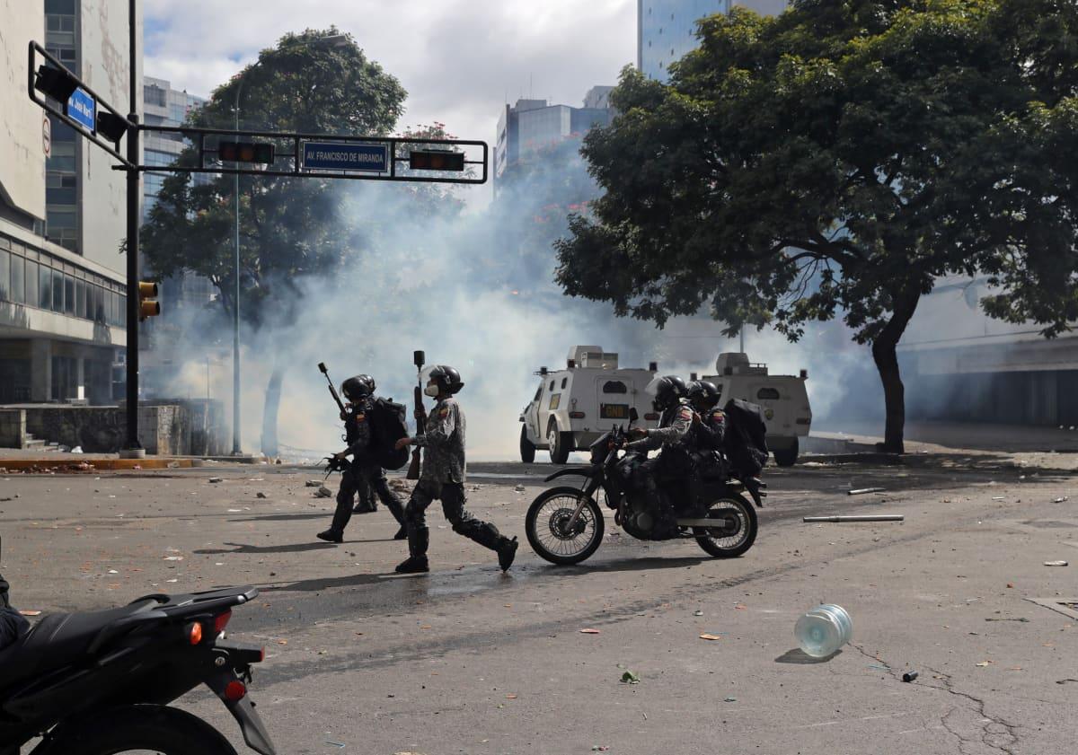 Turvallisuusjoukot ja mielenosoittajat ottivat yhteen Caracasissa.