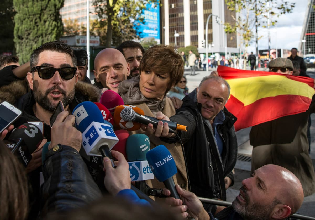 Koomikko Dani Mateo (vas.) lähdössä oikeudesta Madridissa 26.11.2018.