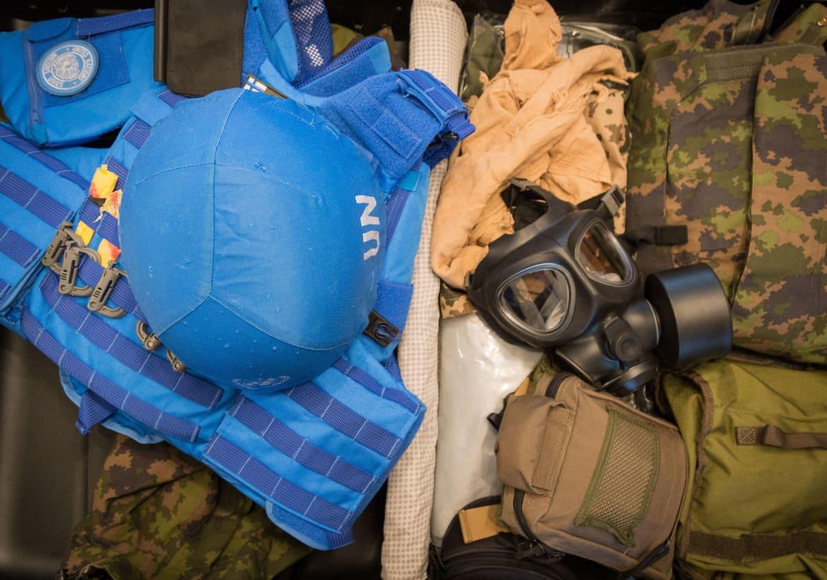 YK:n sotilastarkkailijan varusteita