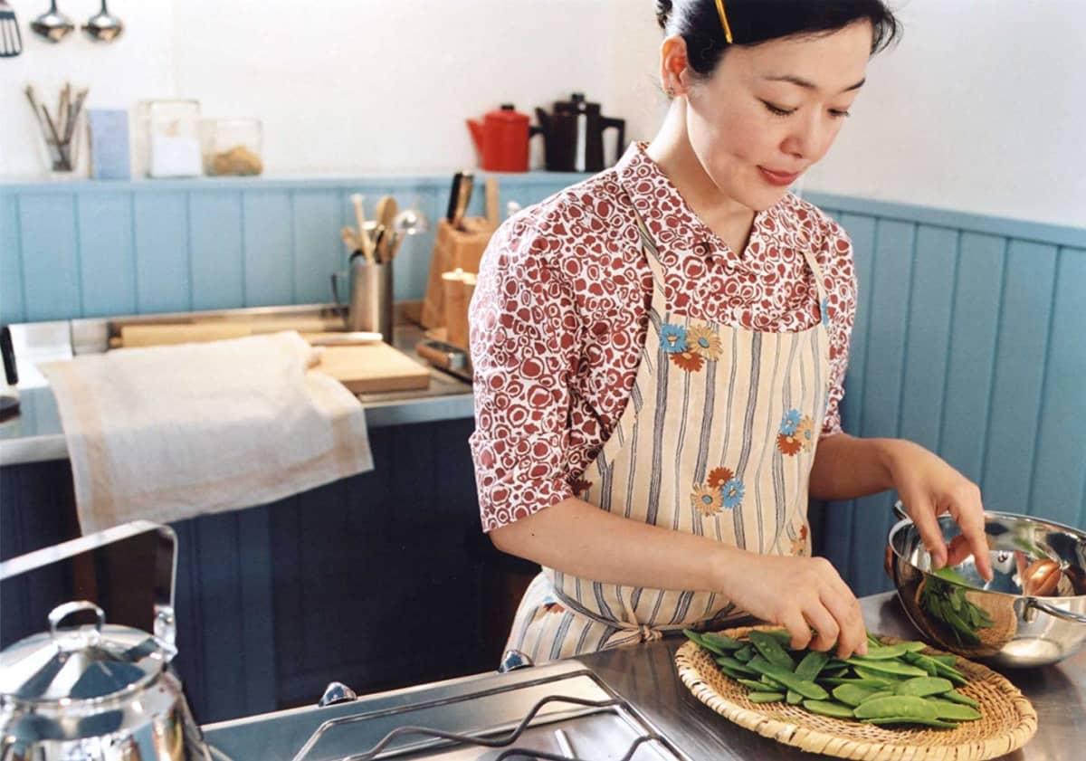 Kamome shokudōn esittämä roolihenkilö tekee lounasta keittiössä.