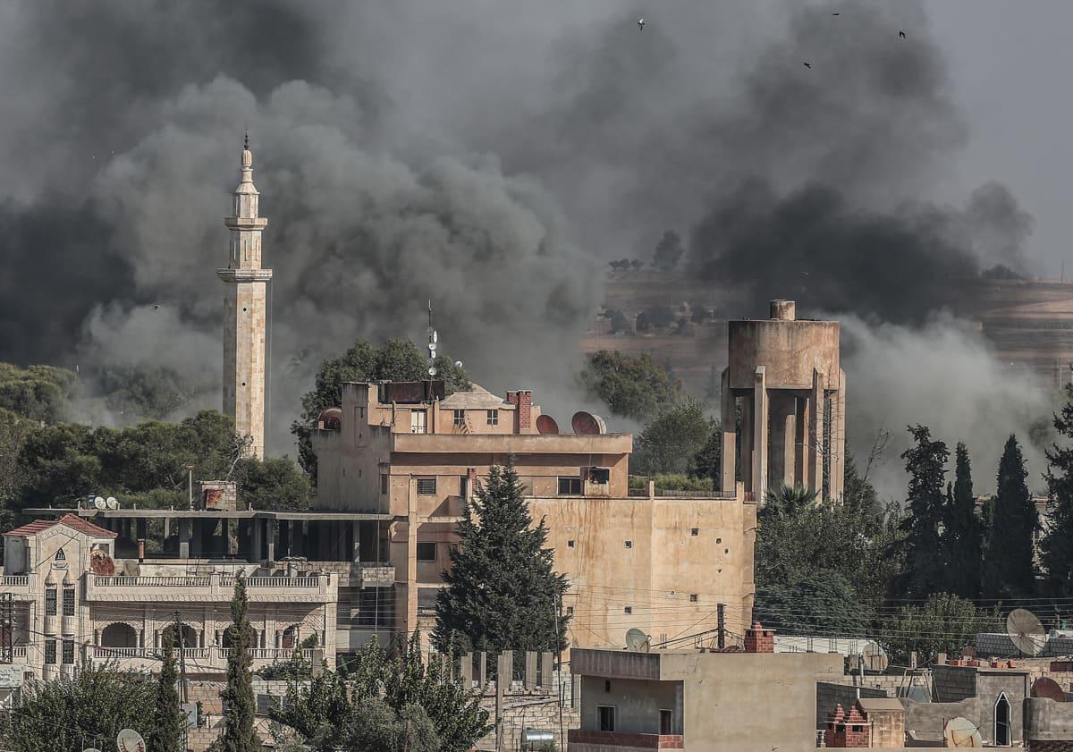 Turkki hyökkäsi Syyriaan. Kuvassa näkyy lähellä rajaa sijaitseva syyrialainen Ras-al -Ainin kaupunki hyökkäyksen alkuvaiheessa 10. lokakuuta.
