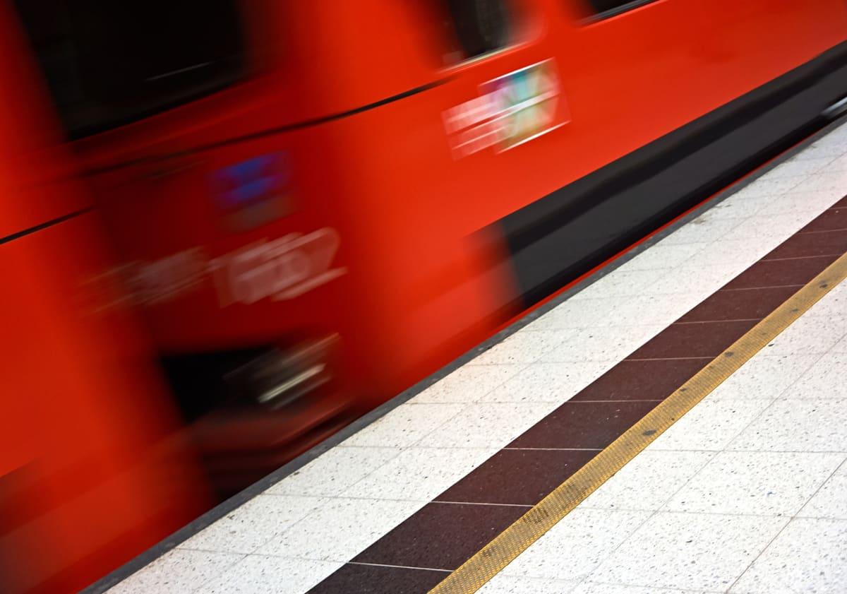 Metrovaunu saapumassa asemalle.