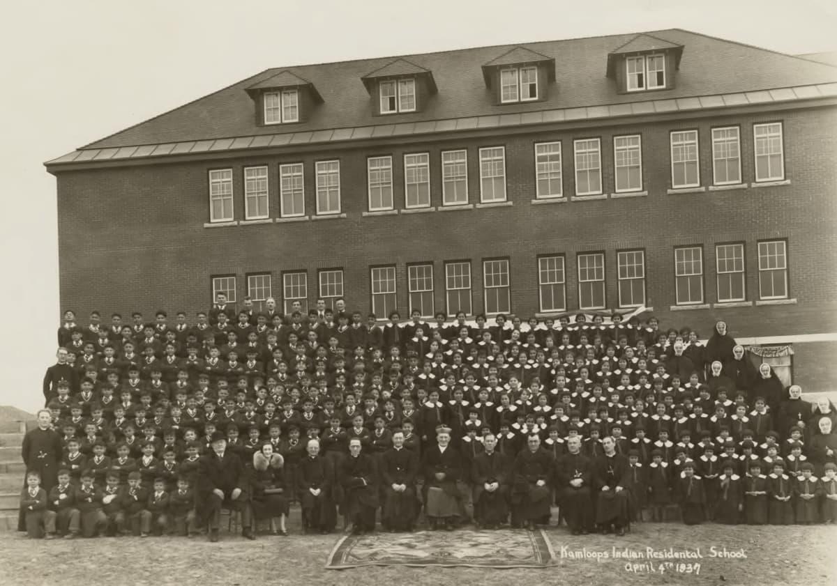 Kamloopsin sisäoppilaitoksen johtoa ja oppilaita kuvattuna vuonna 1937.