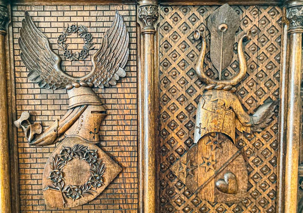 Suitian kartanon ritarihuoneen puupaneeli. Carl Edward Österblom -kuvanveistäjä on tehnyt paneloinnin 1800-1900 lukujen vaihteessa.
