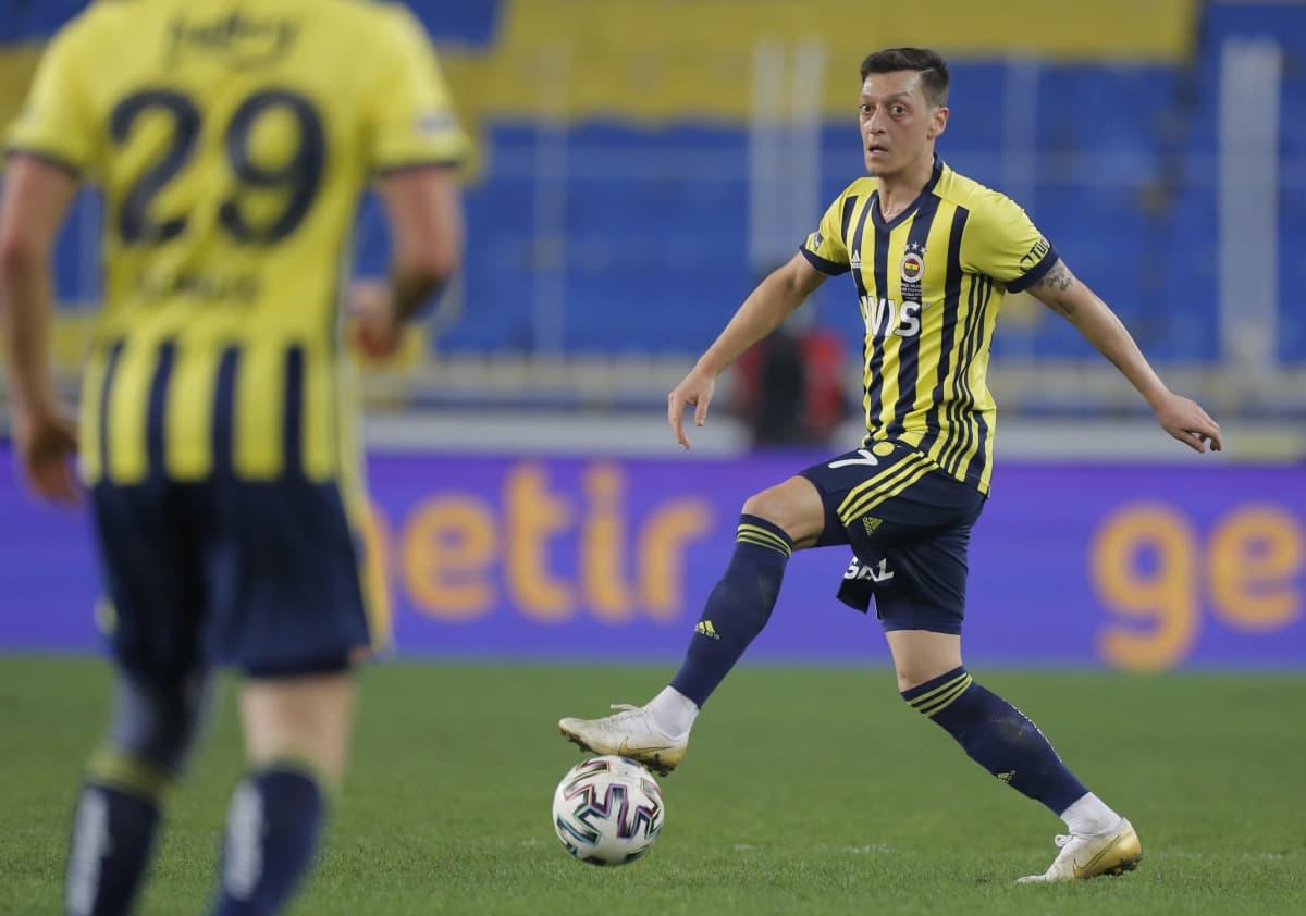 Mesut Özil liikuttaa palloa.