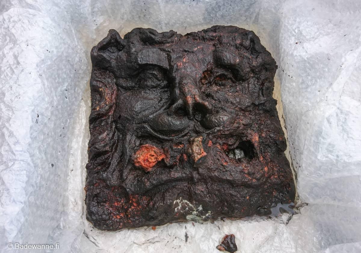 Koristeen materiaalia ei ole vielä tutkittu, mutta Koivikko arvelee, että se saattaa olla tammipuuta.