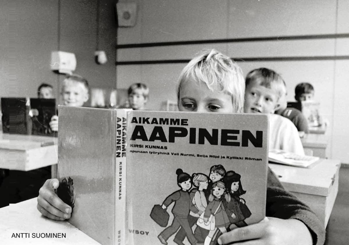koululainen lukee Aapista