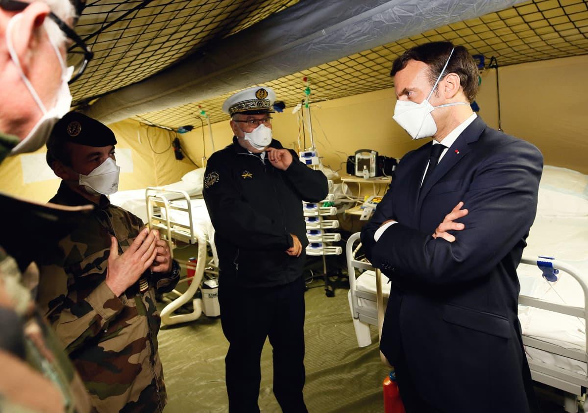 Ranskan presidentti Emmanuel Macron tutustumassa armeijan kenttäsairaalaan.