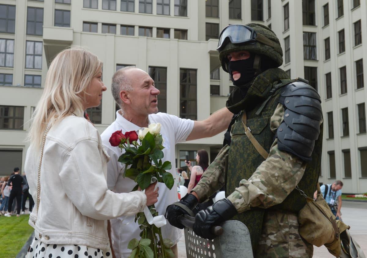 Monet ihmiset lähestyivät vartiossa olleita sotilaita kukin ja halauksin.