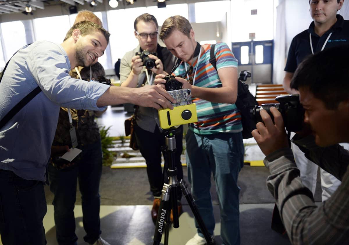 Lehdistön edustajat uuden Lumia 1020 -mallin äärellä puhelimen julkistamistilaisuudessa New Yorkissa 11. heinäkuuta.