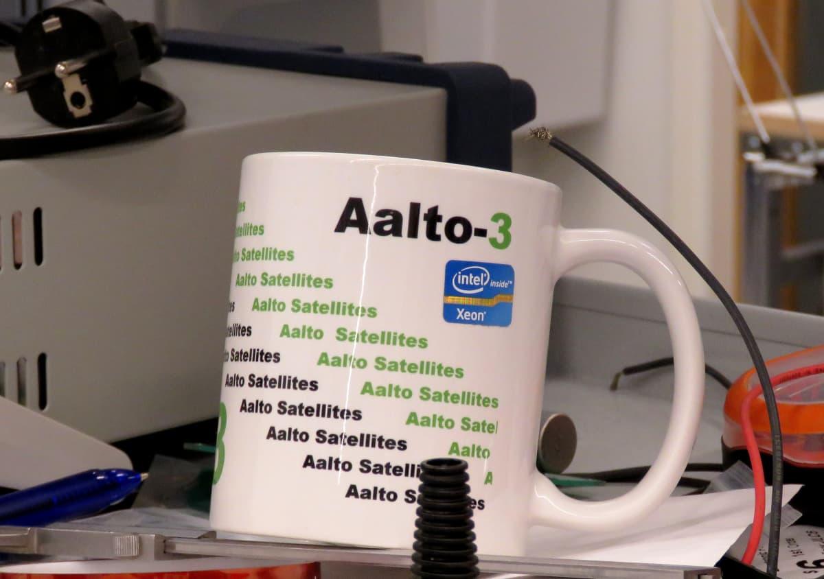 Aalto-3-muki laboratorion pöydällä.